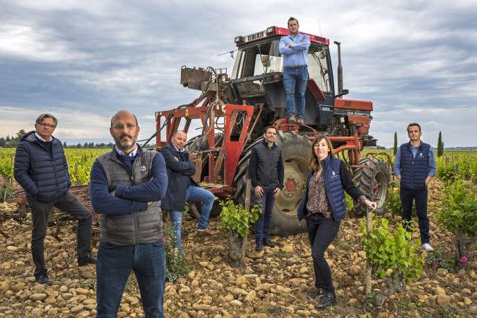 La famille Perrin, presque au complet : de gauche à droite, François, Matthieu, Pierre, Thomas, César, Cécile, Charles, à Beaucastel, en mai 2019.