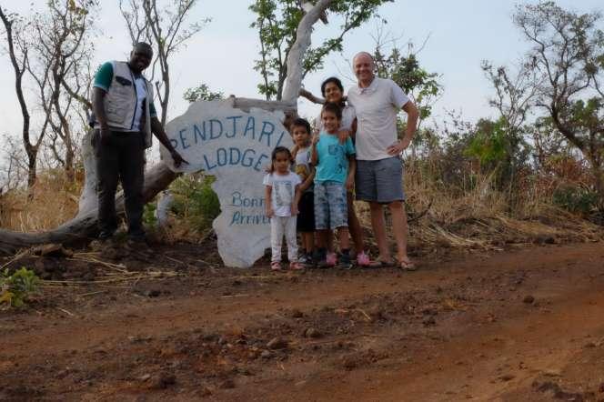 Le guide Fiacre Gbedji avec la famille de Rafal Lakpowski en 2018 lors de la visite du parc de la Pendjari, au Bénin.