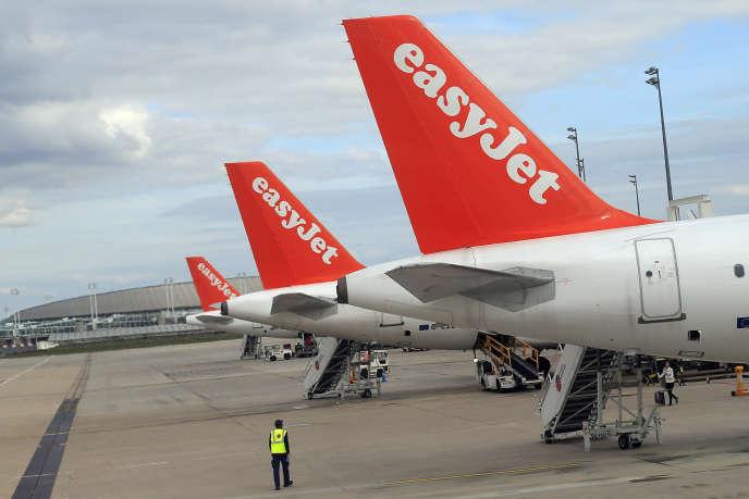 Des Airbus A 320 de la compagnie aérienne low cost Easy Jet, sur le tarmac de l'aéroport Roissy Charles de Gaulle.