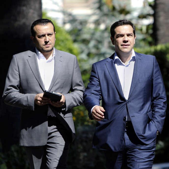 Nikos Pappas, le ministre grec des télécommunications (à gauche), et le premier ministre Alexis Tsipras, le 6 juillet 2015 à Athènes.