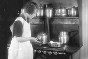 Une femme cuisinant dans une cuisine.