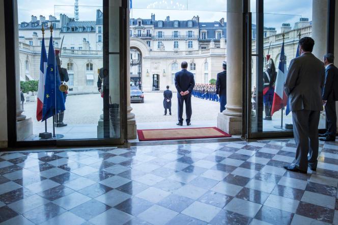 François Hollande à l'Elysée, attendant le président guinéen, Alpha Condé, le 29 septembre 2014.