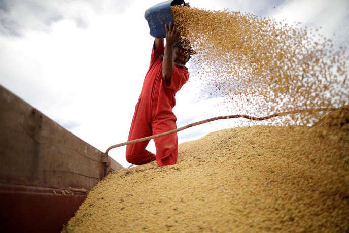 Un ouvrier agricole après une récolte dans un champ de soja, au Brésil en février 2018.