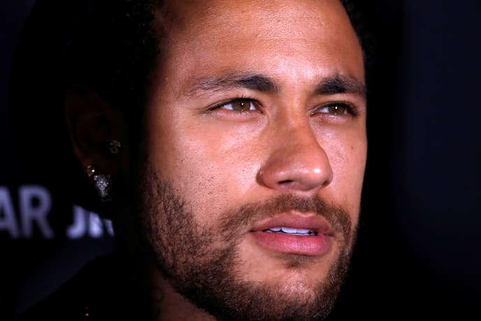 Neymar pose lors du lancement de son nouveau parfum «Spirit Of The Brave» lors d'une soirée à Paris, le 21 mai.