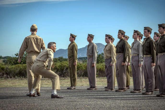 George Clooney (deuxième à gauche) incarnel'officier Scheisskopf dans la série «Catch-22».