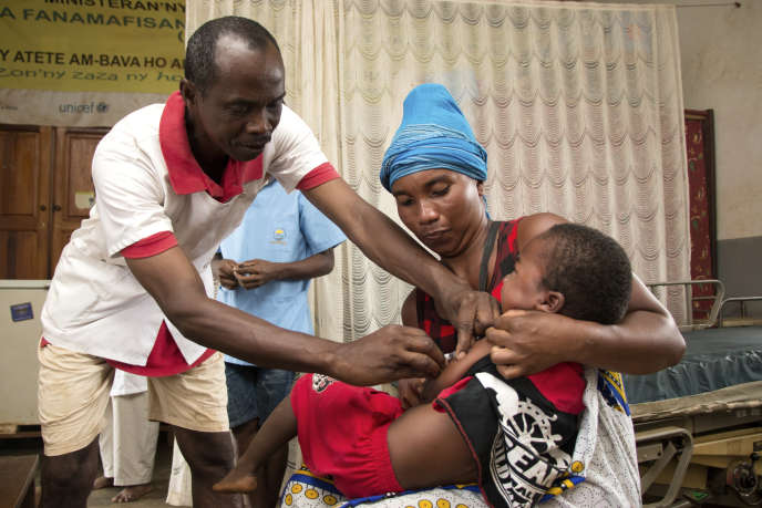 Un enfant est vacciné contre la rougeole dans le Centre de santé de base d'Anivorano (province d'Antsiranana) en février 2019 alors qu'une épidémie sévit à Madagascar.