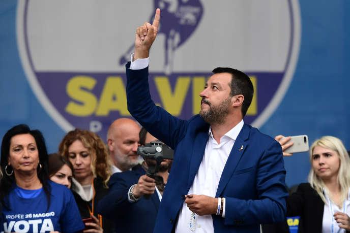 Matteo Salvini, rosaire en main, à Milan, le 18 mai.