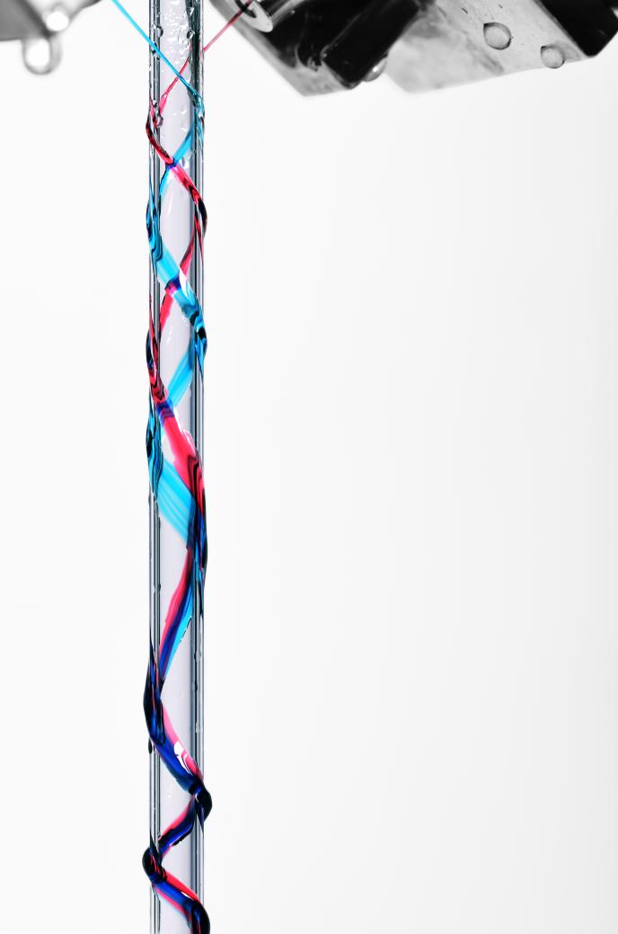 Exemple de liquide s'écoulant en hélice le long d'un cylindre à partir d'une théière expérimentale.