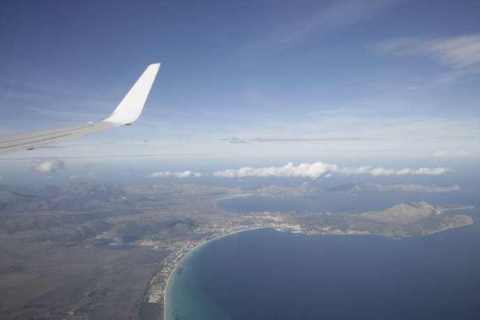 «L'efficacité énergétique des avions qui est déjà, de fait, améliorée annuellement enmoyenne de 1,7 % par passager/kilomètre. L'incitation au développement des carburants alternatifs (biokérosène), là où ils ne rentrent pas en compétition avec des usages alimentaires ou forestiers.»