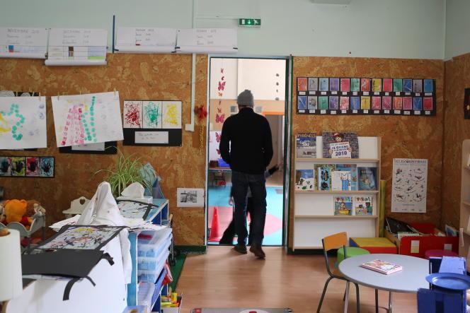 Le maire de L'Hospitalet-près-l'Andorre, Arnaud Diaz, dans la salle de classe unique du village.
