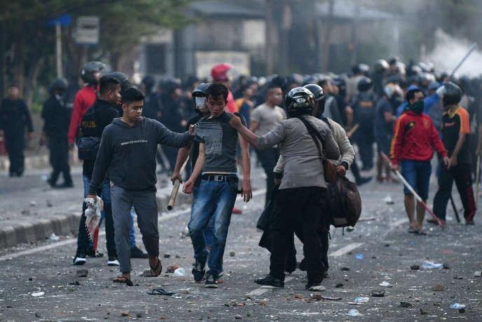 A Djakarta, lors des affrontements entre des opposants au président Widodo et les forces de l'ordre, mercredi22mai.