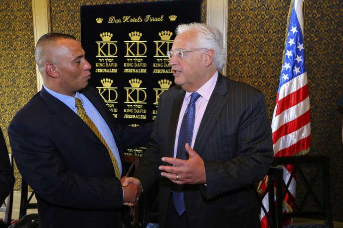 L'homme d'affaires palestinien Ashraf Jabari et l'ambassadeur américain en Israël David Friedman, en mai 2018 à Jérusalem. Ashraf Jabari, qui pourrait se rendre à la réunion de Bahreïn, s'est dit favorable à l'initiative de Washington.