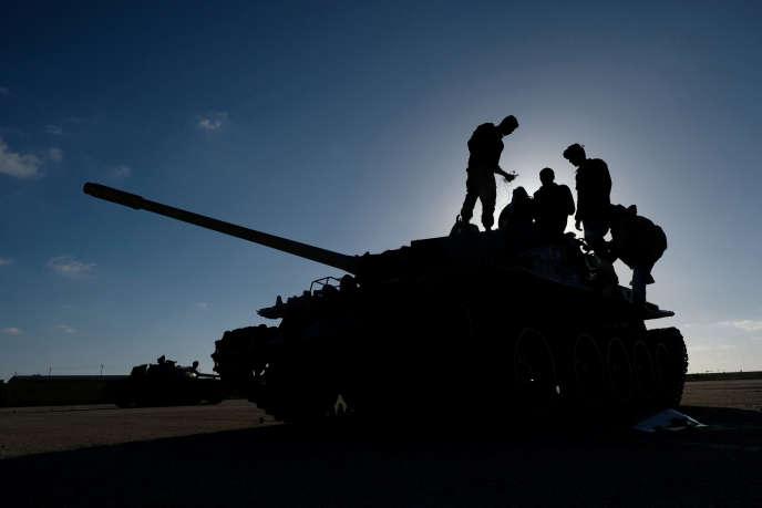 Des membres de l'Armée nationale libyenne (ANL) commandée par le maréchal Khalifa Haftar, à Benghazi le 13 avril.