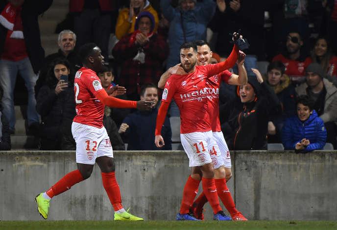 Téji Savanier (au centre) et ses coéquipiers, lors du match face à Dijon, le 15 février, àNîmes.