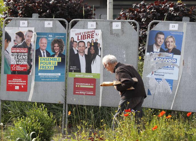 Des affiches de la campagne pour les élections européennes le 22 mai à Saint-Cyr-l'Ecole