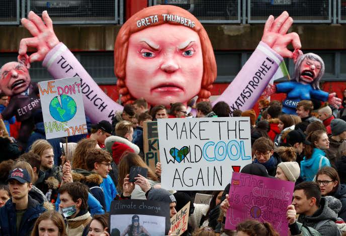Des manifestants pour le climat autour d'un char à l'effigie de la militante suédoise Greta Thunberg, à Düsseldorf (Allemagne),le 15 mars.