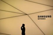 Devant le stand Samsung au Salon du mobile à Barcelone, le 25 février.