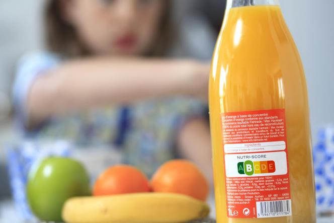 «On pourrait plutôt concevoir une application mobile qui fournirait instantanément le coût social de n'importe quel produit ou service proposé au grand public» (Bouteille avec le logo nutritionnel Nutri-score, système de notation des aliments, selon sa qualité nutritionnelle).