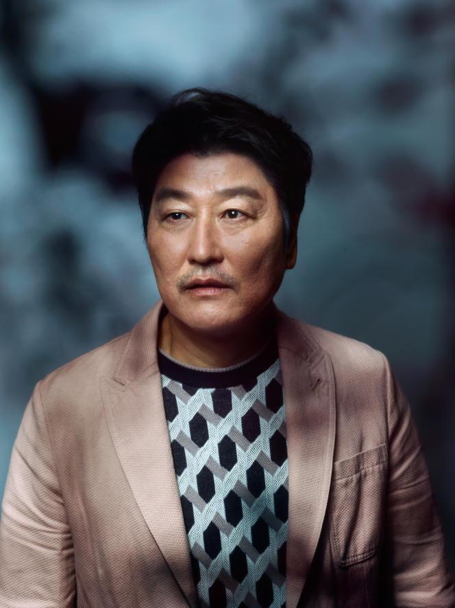 L'acteur Song Kang-hosur la terrasse de l'hôtel Five Seas à Cannes, le 21 mai.