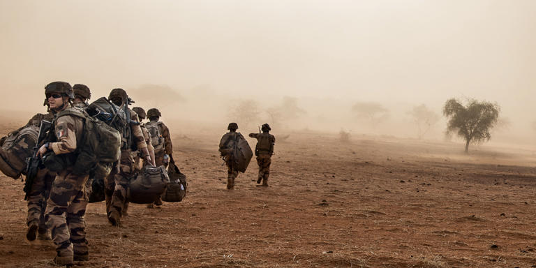 Au Mali, dans la région de Tombouctou, un hélicoptère récupère des soldats  français de «Barkhane» pour les ramener au camp de Gao,  à 150km à l'est de Gossi.
