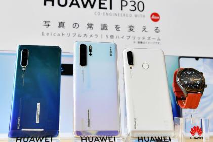 Des téléphones Huawei lors d'une conférence de presse à Tokyo, le 21 mai.