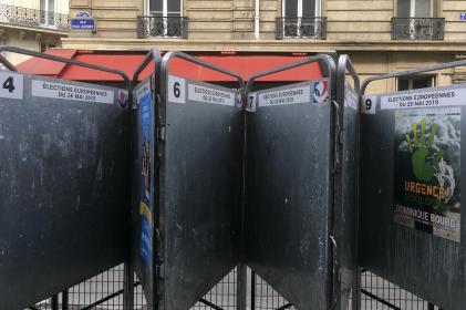 Des panneaux électroraux, à Paris, le 22 mai.