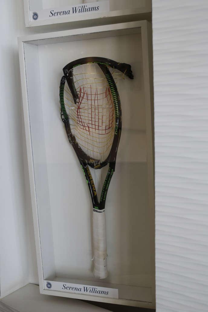Une raquettes cassée de Serena Williams, parmi d'autres,est exposée dans le vestibule de l'hotel.