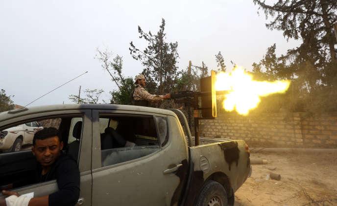Des combattants des forces loyalistes au gouvernement d'«accord national» (GNA) ouvrent le feu contre des combattants soutenant le maréchal Haftar, le 21 mai 2019.