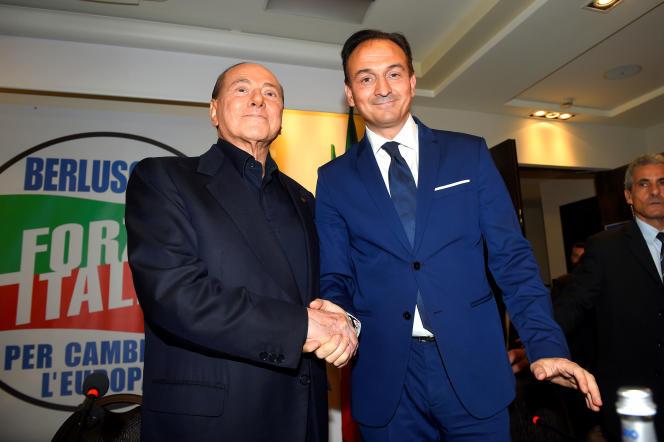 Alberto Cirio (à droite), candidat de Forza Italia aux régionales du Piémont, soutenu par la Ligue. Ici, avecSilvio Berlusconi, le 23 mai à Turin.