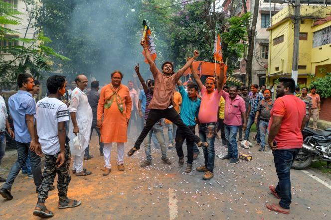 Un fervent supporteur du Parti du peuple indien (Bharatiya Janata Party) célèbre les premiers résultats des dépouillements qui laissent augurer une franche victoire du premier ministre Narendra Modi aux législatives, à Siliguri, le 23 mai.