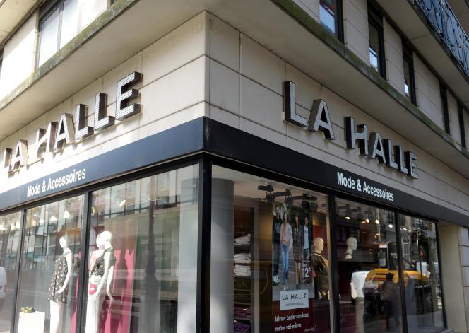 Devant un magasin La Halle, à Paris, en septembre 2017.