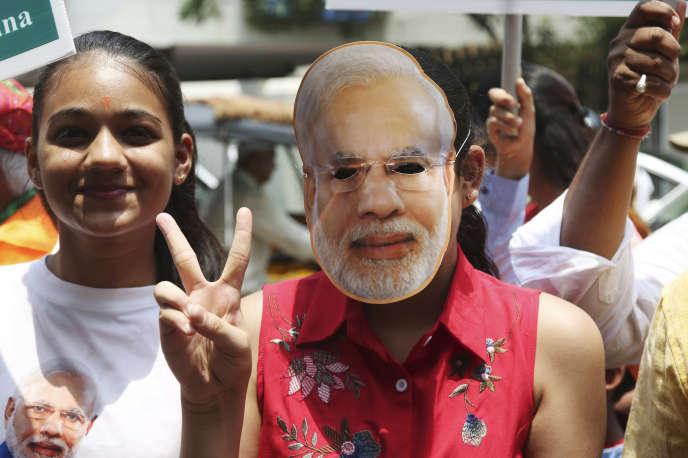 Des supportrices du premier ministre indien, Narendra Modi, se réjouissent de la victoire qui se profile pour le BJP en faisant le signe de la victoire, le 23 mai 2019.