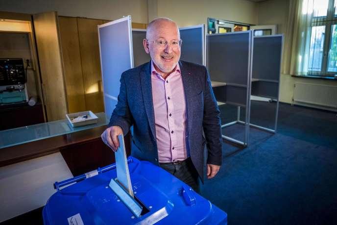 Frans Timmermans vote aux élections européennes, à Heerlen, aux Pays-Bas, le 23 mai.