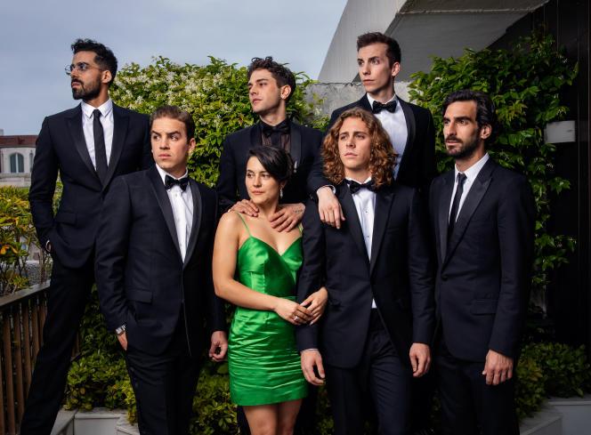 Xavier Dolan (en haut et au centre) entouré des acteurs et de l'actrice de son film «Matthias et Maxime»sur la terrasse MK2 à Cannes, le 22 mai.