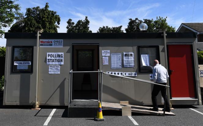 Un bureau de vote mobile à Hednesford, en Angleterre, jeudi 23 mai.