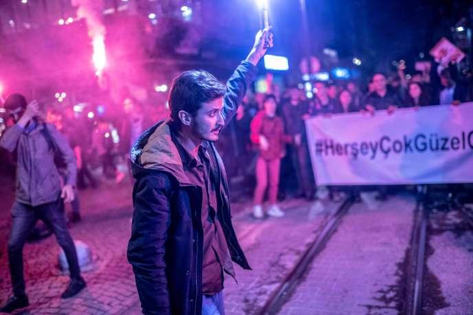 Un cortège de manifestants reprend le slogan « tout ira bien» lancé par Ekrem Imamoglu, à Istanbul (Turquie), le 8 mai.