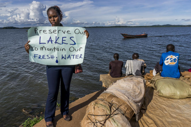 Nakabuye Hilda Flavia sur les bords du lac Victoira, à Kampala.