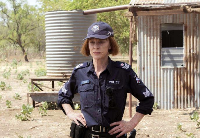 Judy Davis dans le rôle de la chef de police locale Emma James sur le tournage de