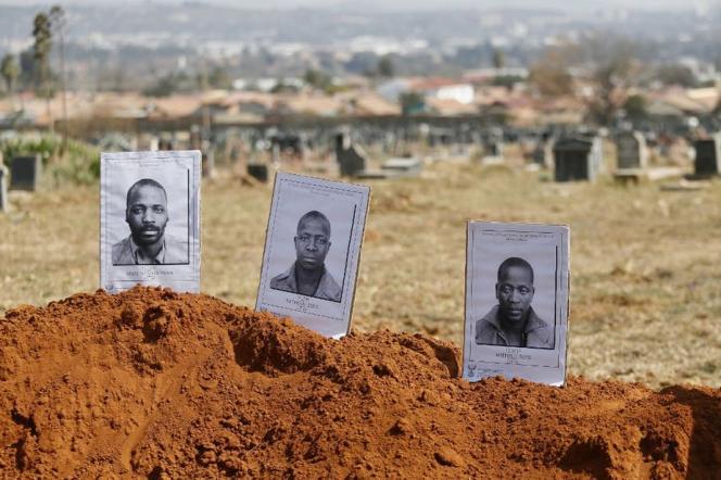 Photo de 2018 des militants politiques (condamnés pour meurtre) de Mute Nyanya Yawa, Katyana Zoya et Mpitizeli Zoy au cimetière de Mamelodi, à Pretoria, en Afrique du Sud.