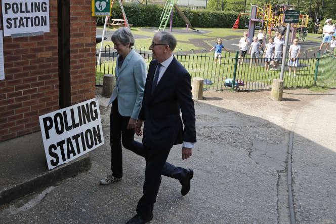Theresa May se rend au bureau de vote, à Sonning, en Angleterre, le 23 mai.