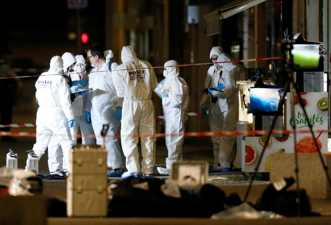 Des agents de la police scientifique inspectent le site de l'attentat au colis piégé dans le centre de Lyon, le 24 mai 2019.