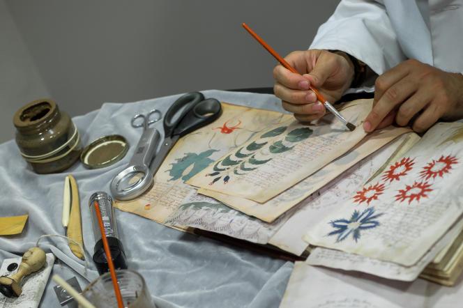 Un opérateur travaille à reproduire le manuscrit Voynich, à Burgos, Espagne, le 9août2016.
