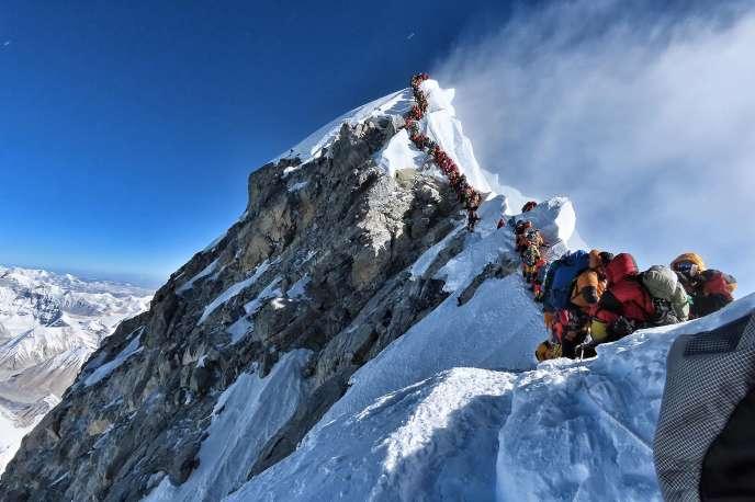 Photo de Nirmal Purja montrant l'embouteillage de grimpeurs pour accéder au sommet de l'Everest, le 22 mai.