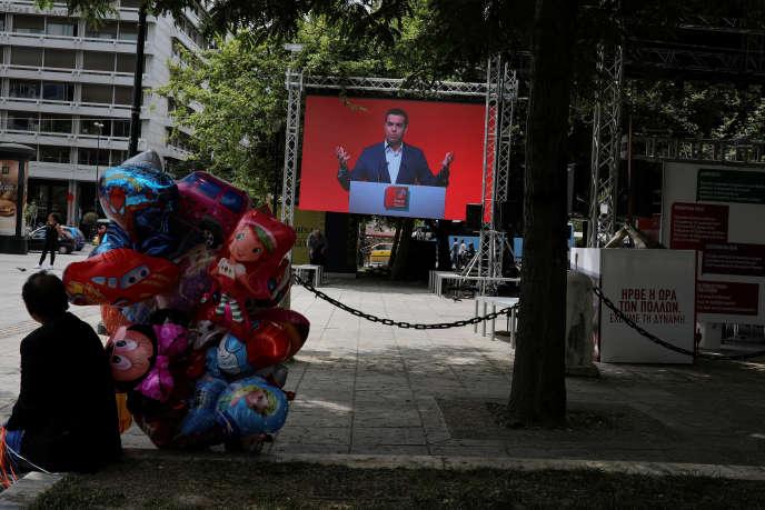 Un discours d'Alexis Tsipras retransmis sur un écran sur une place d'Athènes, le 24 mai.