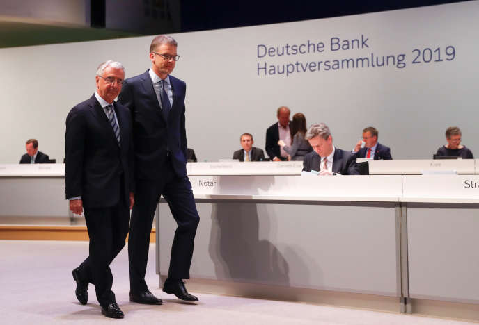 Paul Achleitner (à gauche), président du conseil de surveillancede Deutsche Bank, et Christian Sewing, patron de l'établissement bancaire, arrivent à l'assemblée générale des actionnaires, à Francfort, jeudi 23 mai.