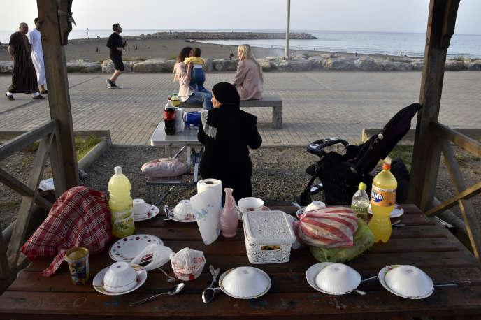 Le front de mer à Alger, où les habitants préparent le repas de rupture du jeûne de ramadan.