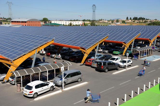 Panneaux solaires sur le parking d'un centre commercial E.Leclerc, à Saint-Aunès (Hérault).