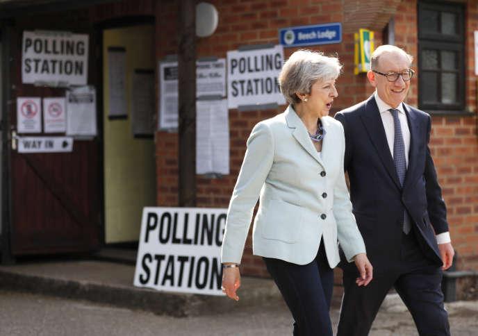 Theresa et Philip May quittent leur bureau de vote le jour des élections européennes, à Sonning (Royaume-Uni), le 23 mai.