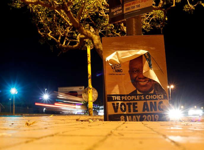 Une affiche de l'ANC pour les élections générales du 8 mai, à Hillcrest, près de Durban, en Afrique du Sud.