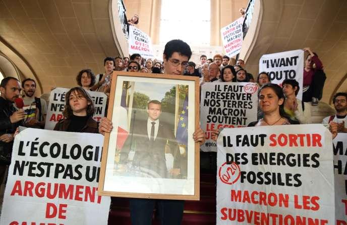 Décrocher le portrait du président Emmanuel Macron dans les mairies françaises est devenu un acte symbolique pour les militants écologistes, comme à Paris le 24 mai.